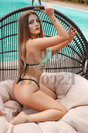 Auriana escort girl in Coachella and massage parlor